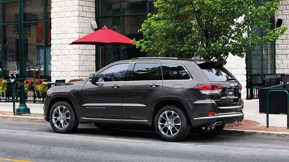 2019-Jeep-Grand-Cherokee-parked-near-cafe
