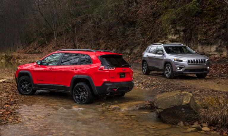 19Jeep Cherokee Exterior Dirt Trail Stream 5x3